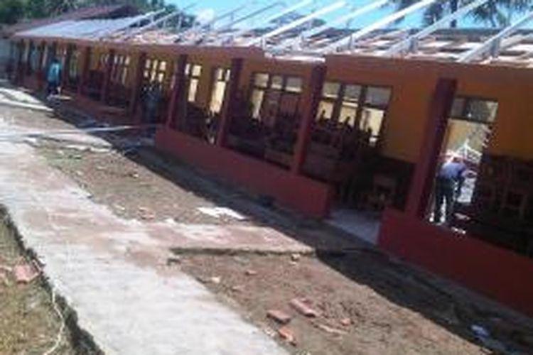 Atap lima ruang kelas SD Raharja di Kecamatan Karangnunggal, Kabupaten Tasikmalaya, Jawa Barat, runtuh, Selasa (18/2/2014). Akibat peristiwa itu, para siswa belajar di tempat seadanya.
