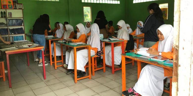 Secara rutin siswa dan guru Binus School Serpong  berbagi ilmu kepada siswa dan guru  SMP Al-Hasaniyah dan Falatehan Serpong, Banten melalui program Adopt a School.