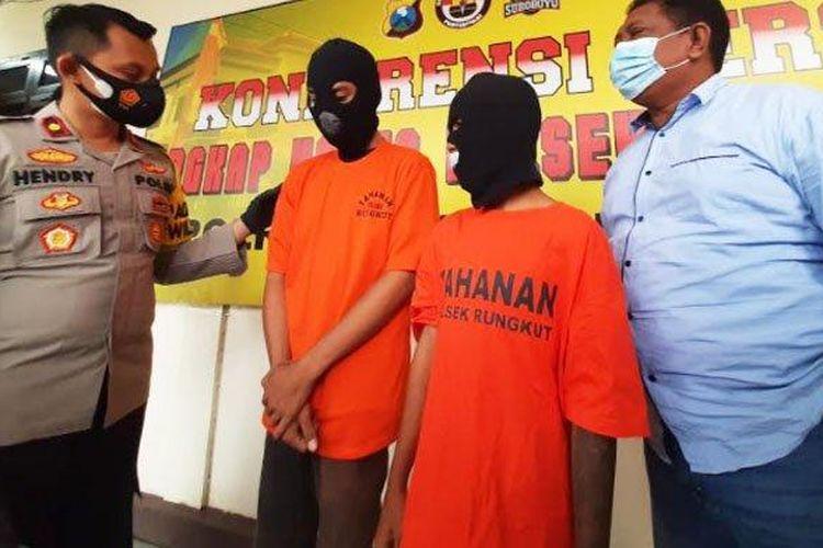 Kapolsek Rungkut, Kompol Hendry Ibnu (kiri) didampingi Kanit Reskrim Polsek Rungkut, Iptu Djoko Soesanto mengintrogasi pelaku kejahatan anak-anak yang berhasil diungkap.