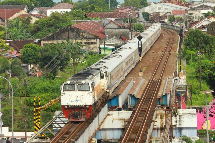 Ilustrasi kereta api, KA Ranggajati