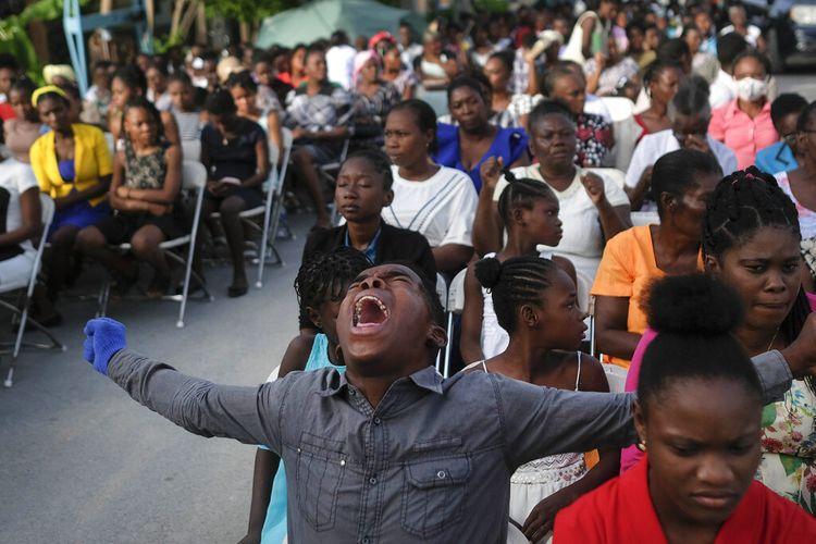 Ocho días después del terremoto de magnitud 7,21, el domingo 22 de agosto de 2021, un feligrés grita