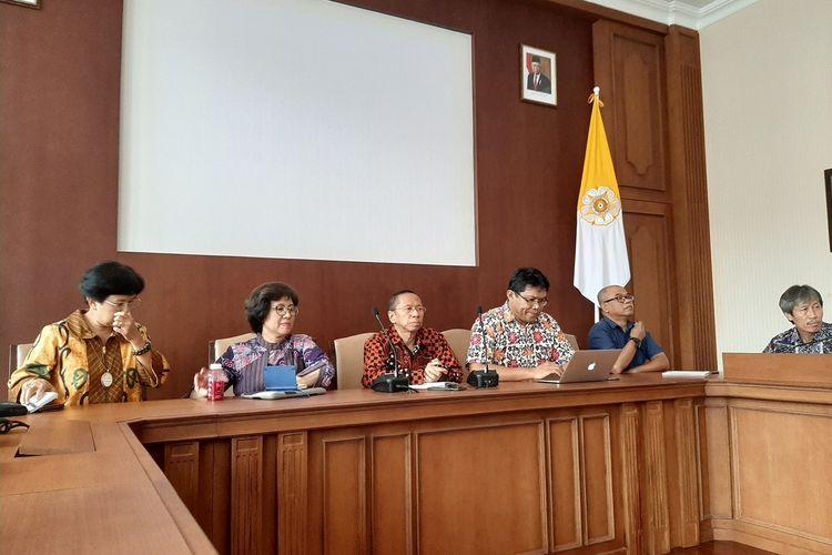 Koordinator tim respons Covid-19 UGM dan pakar epidemiologi UGM, dr. Riris Andono Ahmad (nomor 2 dari kanan) saat jumpa pers di Yogyakarta, Jumat (1/5/2020).