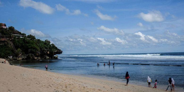 Suasana di Pantai Sundak, Gunung Kidul, pada Februari lalu. Warga menikmati keindahan pantai.