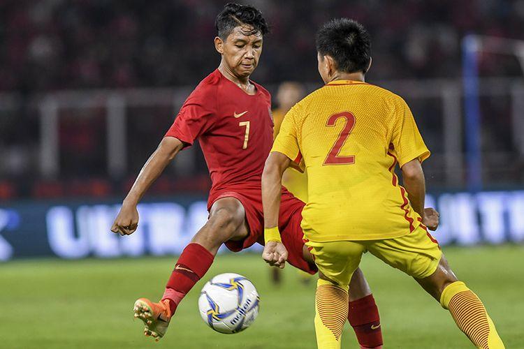Pemain Timnas Indonesia U-16 Mochamad Faizal (kiri) berusaha melewati pemain Timnas China U-16 Li Suda (kanan) pada laga kualifikasi Piala AFC U-16 2020 di Stadion Utama Gelora Bung Karno (SUGBK), Senayan, Jakarta, Minggu (22/9/2019). Pertandingan tersebut berakhir dengan skor 0-0.