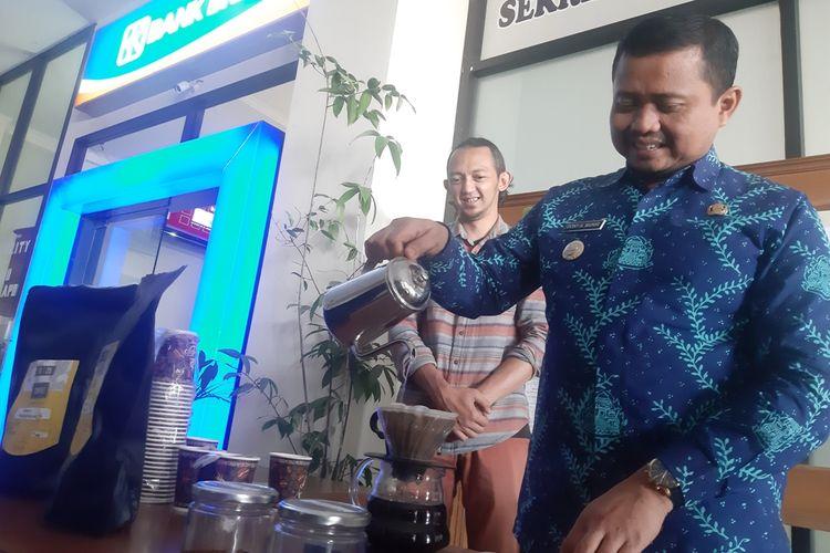 Bupati Sumedang Dony Ahmad Munir seduh kopi usai jumpa pers jelang Festival Kopi Sumedang pada 7 Oktober 2019 nanti di media center IPP Sumedang, Jawa Barat, Jumat (4/10/2019). AAM AMINULLAH/KOMPAS.com
