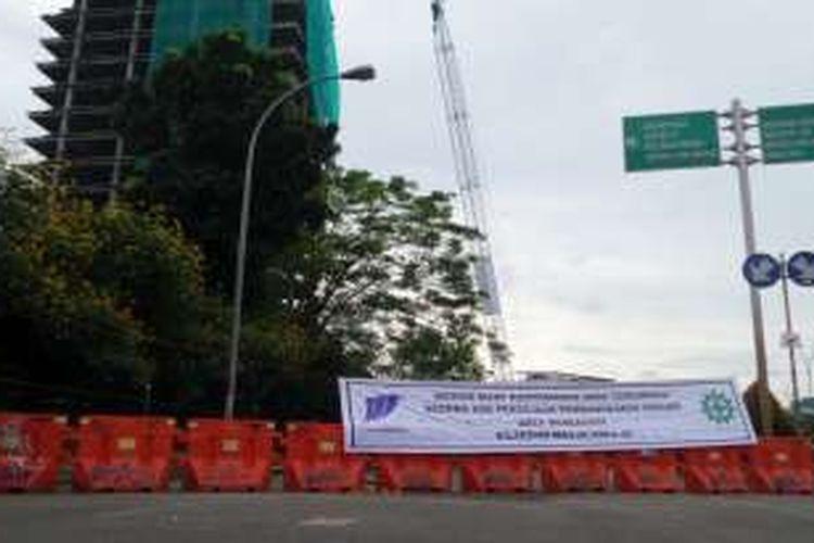 Kondisi jalan di dekat gedung Panin Bank yang mangkrak di Bintaro, Tangerang Selatan, Jumat (30/9/2016) petang. Jalan dan area sekitar ditutup menyusul proses perobohan gedung oleh pihak kontraktor.