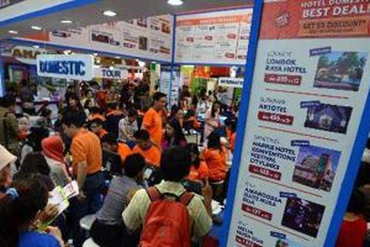 Pengunjung memadati penjualan tiket penerbangan murah dan paket wisata di ajang Astindo Fair 2014 di Jakarta Convention Center di Jakarta, Jumat (21/3/2014).