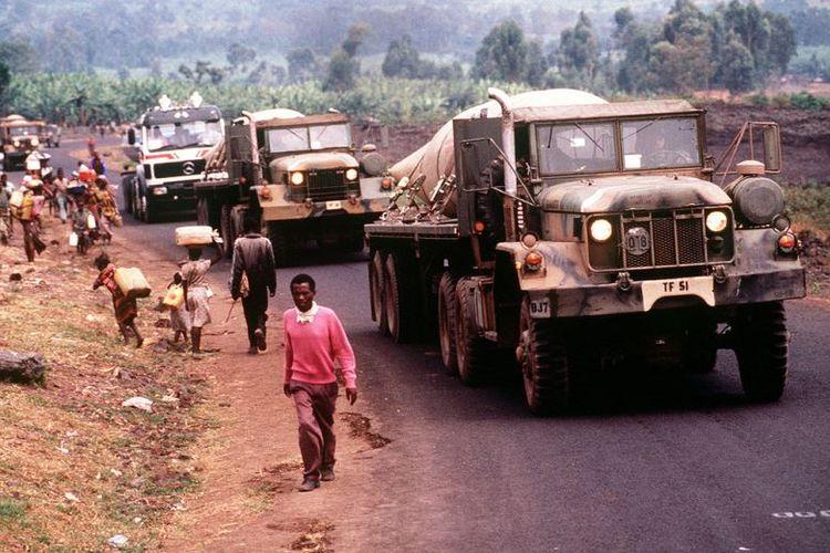 Konvoi kendaraan militer AS membawa air bersih untuk pengungsi Rwanda di kamp Kimbumba, Zaire pada Agustus 1994.