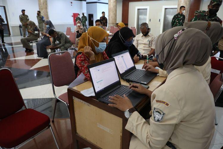 Vaksinasi Covid-19 di Kompleks Kantor Bupati Landing, Kecamatan Lhoksukon, Aceh Utara, Kamis (1/7/2021)