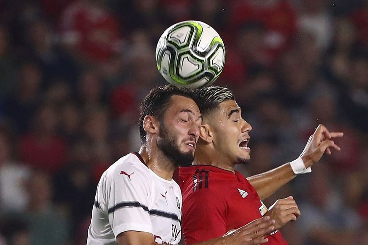 Hakan Calhanoglu (kiri) berduel dengan Andreas Pereira (kanan) pada laga Man United vs AC Milan di International Champions Cup, 25 Juli 2018.