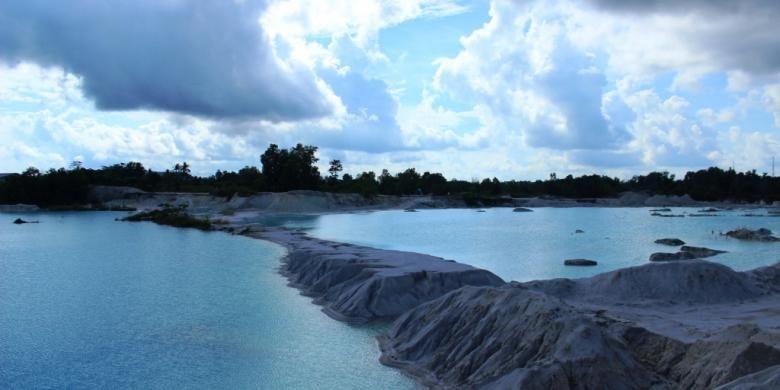 Danau Kaolin, hasil pengerukan tambang timah puluhan tahun lalu di Belitung, Provinsi Kepulauan Bangka Belitung.