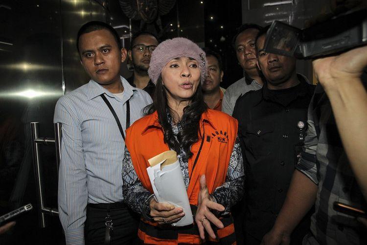 Bupati Kepulauan Talaud Provinsi Sulawesi Utara yang terjaring Operasi Tangkap Tangan (OTT) KPK, Sri Wahyumi Maria Manalip mengenakan rompi tahanan seusai menjalani pemeriksaan di gedung KPK, Jakarta, Rabu (1/5/2019) dini hari. KPK menetapkan tiga orang tersangka yaitu SWM (Sri Wahyumi Maria Manalip), BNL (Benhur Lalenoh) dan BHK (Bernard Hanafi Kalalo) serta mengamankan barang bukti senilai Rp500 juta terkait kasus dugaan suap pengadaan barang atau jasa di Kabupaten Kepulauan Talaud Tahun Anggaran 2019. ANTARA FOTO/Dhemas Reviyanto/pd. *** Local Caption ***