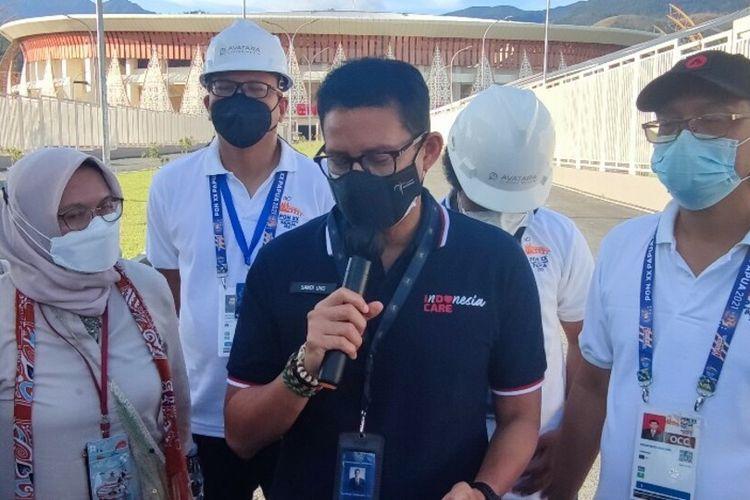 Menparekraf, Sandiaga Salahuddin Uno, memberi keterangan pers usai meninjau persiapan upacara pembukaan PON XX 2021 di Stadion Lukas Enembe, Jayapura, Papua, Selasa (21/9/2021)