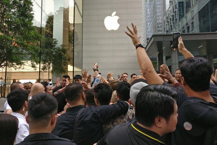 Kericuhan kecil di depan Apple Store Singapura saat antrean resmi iPhone X dibuka, Kamis (2/11/2017) sore.
