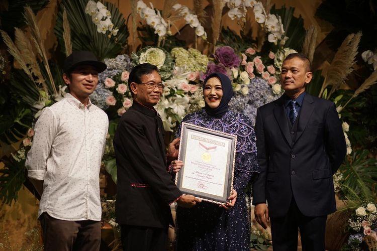 Syamsul Bahri dan pasangannya, Shanty Widhyanti, mendapatkan penghargaan dari MURI setelah menggelar resepsi pernikahan di Lapangan Bisbol, GBK, Senayan, Jakarta, pada Minggu (21/4/2019).