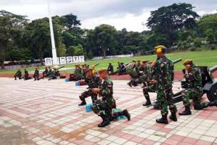 Pasukan TNI sedang mempersiapkan meriam untuk menyambut kedatangan Perdana Menteri Jepang Shinzo Abe ke Istana Bogor, Minggu (15/01/2017).