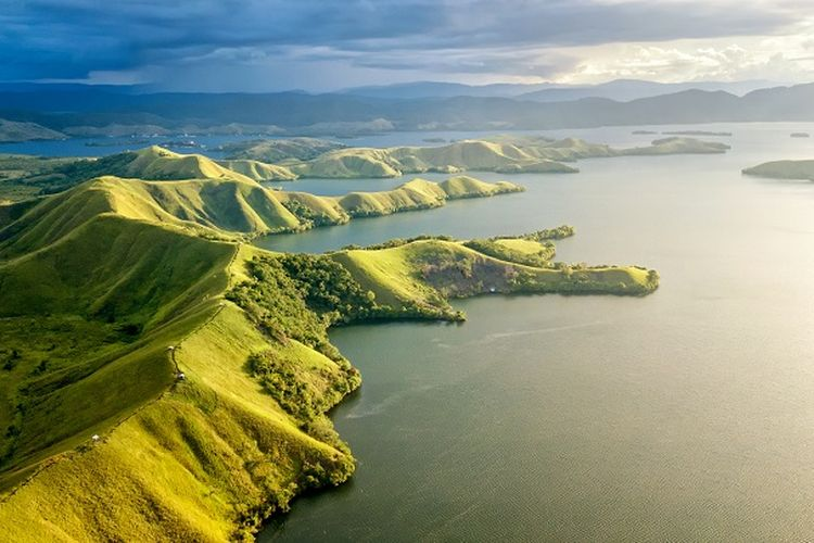 Tempat wisata di Papua - Pemandangan Danau Sentani di Papua.