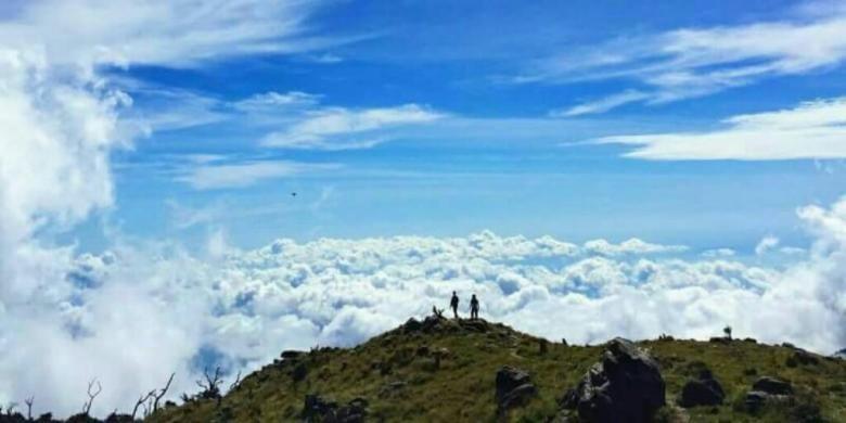 Dua pendaki tengah menikmati panorama di puncak Gunung Bawakaraeng, Kabupaten Gowa, Sulawesi Selatan. Selasa, (31/1/2017).