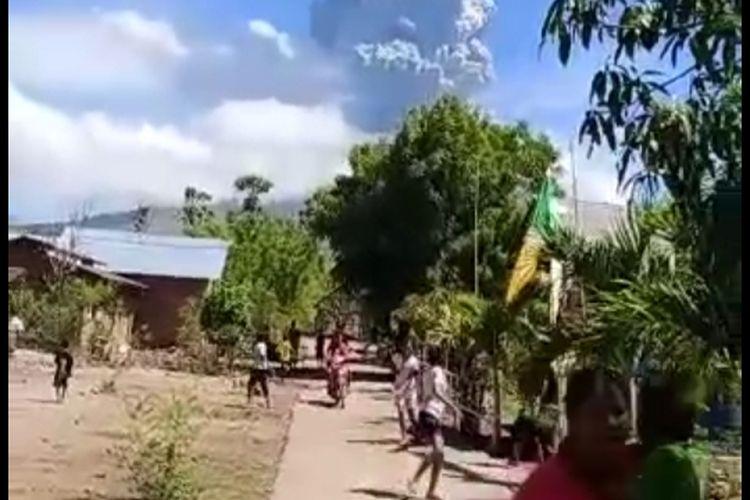 Foto : Warga lari berhamburan karena mendengar suara gemuruh dari dalam gunung Ile Lewotolok, Kabupaten Lembata, NTT.
