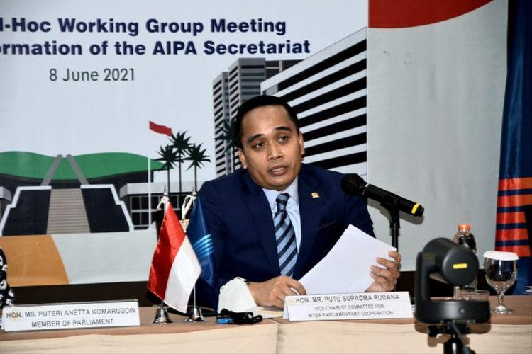 Wakil Ketua Badan Kerja Sama Antar-Parlemen (BKSAP) DPR RI Putu Supadma Rudana pada pertemuan Ad Hoc Working Group Meeting on Transformation of the AIPA Secretariat  yang digelar virtual di Tangerang Selatan.