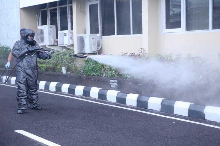 Penyemprotan disinfektan oleh personel Brimob Polda Sumatera Selatan untuk mencegah penyebaran virus corona,yang saat ini telah masuk ke Indonesia.