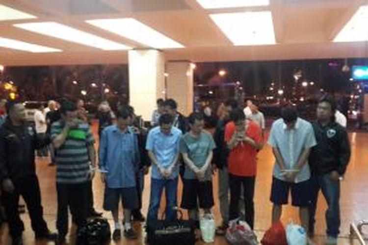 Enam warga Republik Rakyat Tiongkok (RRT) di deportasi ke negara asal untuk diadili karena melakukan tindak kejahatan di negaranya dan kabur ke Indonesia.