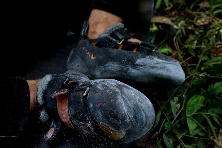 Anggota organisasi Mahasiswa Pencinta Alam Universitas Indonesia (Mapala UI) sedang memanjat tebing Gunung Bongkok, Desa Sukamulya, Kecamatan Tegal Waru, Kabupaten Purwakarta, Jawa Barat, Minggu (14/4/2019). Kegiatan panjat tebing harus menggunakan sepatu khusus untuk mempermudah pergerakan panjat tebing.