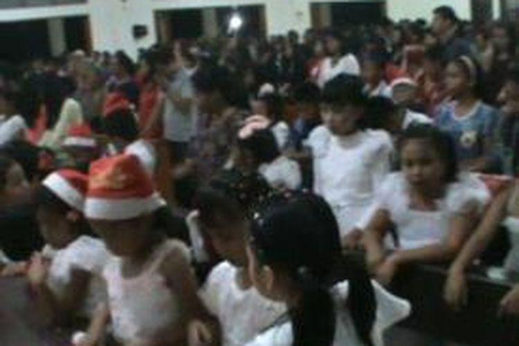 Perayaan malam Natal di Polewali Mandar berlangsung semarak sehingga sebagian umat Kristiani pun rela berdiri untuk mengikuti misa Natal karena pengunjung gereja membeludak.