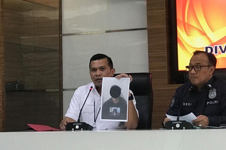 Kepala Subdit II Direktorat Tindak Pidana Siber Bareskrim Polri, Kombes Rickynaldo Chairul (kiri), saat konferensi pers di Gedung Humas Mabes Polri, Jakarta Selatan, Rabu (2/10/2019).