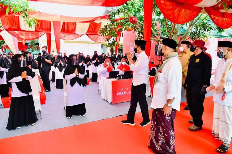 Sebanyak 72.000 pelajar dan warga hari ini (16/9/2021) mendapatkan vaksinasi dari Badan Intelijen Negara (BIN). Vaksinasi massal dengan metode door to door kembali dilakukan BIN secara serentak di 10 provinsi. Kali ini vaksinasi di Provinsi Aceh juga dihadiri dan disaksikan langsung Presiden Joko Widodo, sementara 9 provinsi lainnya ditinjau secara virtual.