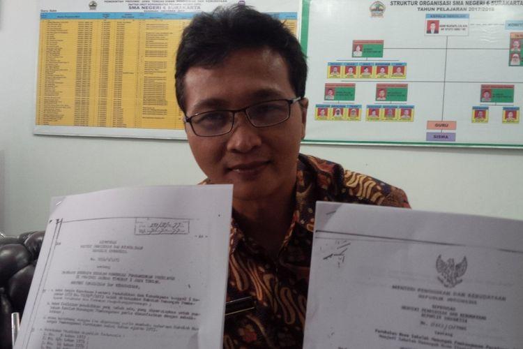 Kepala Sekolah SMAN 6 Surakarta Agung Wijayanto menunjukkan SK berdirinya SMPP dan berubah nama menjadi SMAN 6 Surakarta di Solo, Jawa Tengah, Rabu (16/1/2019).