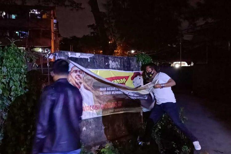 Baliho Habib Rizieq yang ada di Palembang diturunkan petugas gabungan, Jumat (20/11/2020).