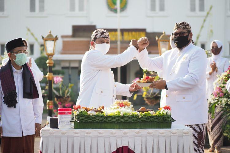 Walikota Madiun Maidi dan Wakil Walikota Inda Raya saat menghadiri perayaan hari jadi Kota Madiun ke-102 di halaman Balai Kota Madiun, Sabtu (20/6/2020).