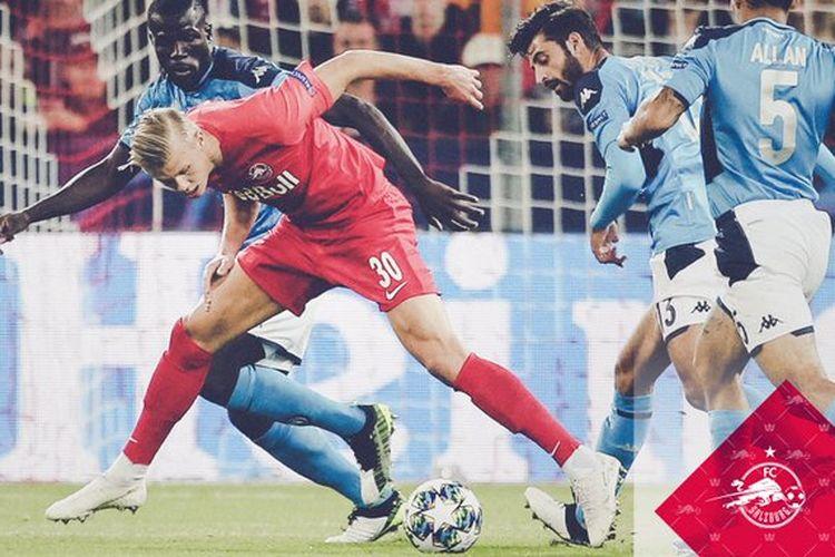 Penyerang RB Salzburg, Erling Braut Haaland, dijaga ketat pemain lawan pada pertandingan Austria Salzburg vs Napoli dalam lanjutan Liga Champions di Red Bull Arena, 23 Oktober 2019.