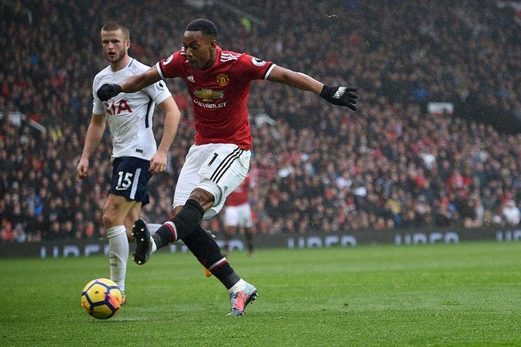 Striker Manchester United, Anthony Martial, melepaskan tembakan untuk mencetak gol ke gawang Tottenham Hotspur pada pertandingan Premier League di Old Trafford, Manchester, Sabtu (28/10/2017).