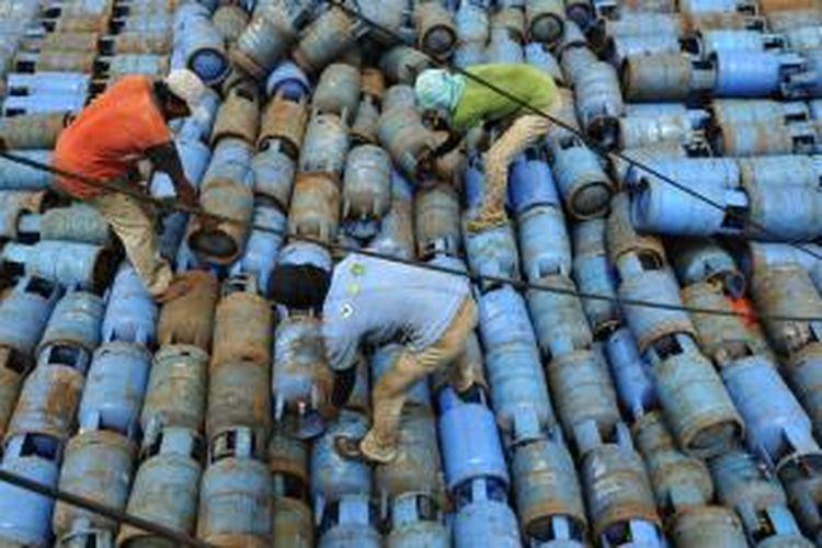 Buruh menata tabung elpiji ukuran 12 kilogram di kapal yang bersandar di Pelabuhan Sunda Kelapa, Jakarta, Selasa (23/4/2013).