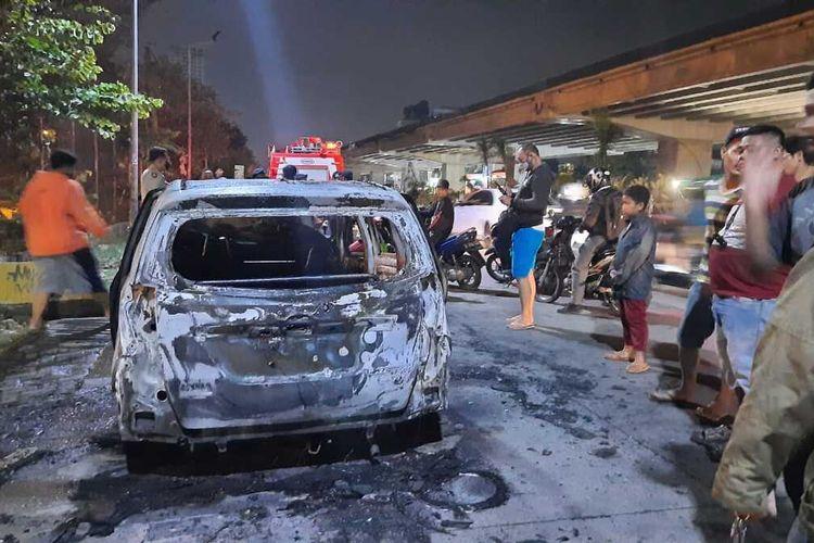mobil taksi online terbakar di kawasan Bekasi (11/7/2020)
