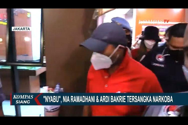 Nia Ramadhani dan Ardi Bakrie saat digiring polisi.