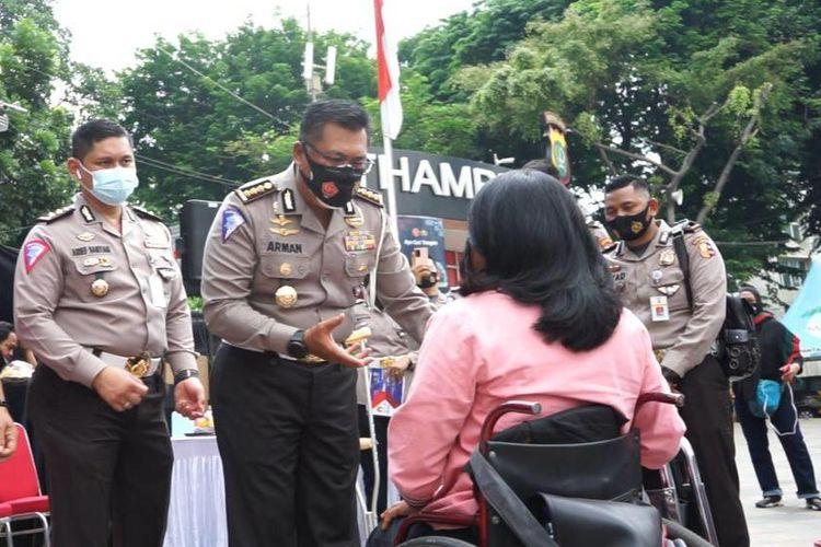 Kombes Pol Arman Achdiat, Kasubdit Dikmas Ditkamsel Korlantas Polri memberikan bantuan kepada komunitas korban laka lantas yang hadir di kawasan Bunderan HI, Jakarta, Minggu (15/11/2020).
