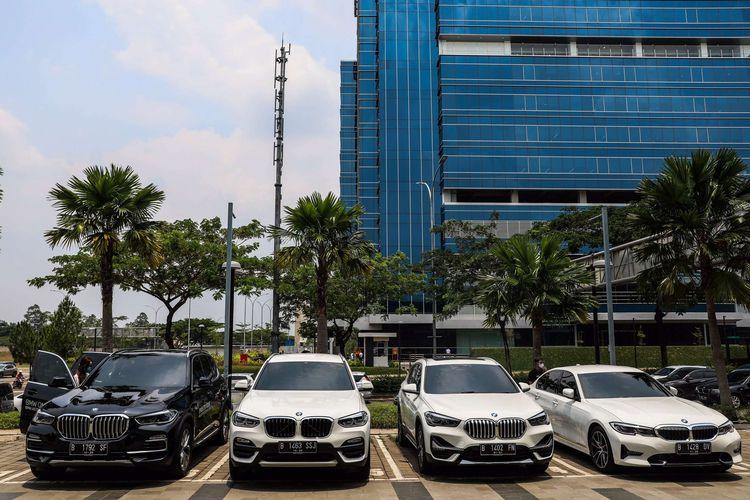 Pengunjung melihat kendaraan BMW terbaru saat ''BMW On Tour'' di dealer BMW Astra Serpong, Tangerang, Sabtu (17/10/2020). BMW Indonesia menggelar program penjualan pada masa PSBB transisi pandemi Covid-19 di 8 jaringan diler resmi BMW Group Indonesia dengan menerapkan protokol kesehatan dan sanitasi.