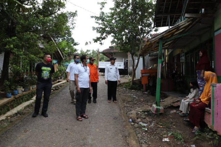 Wakil Bupati Garut Helmi Budiman meninjau perkampungan warga yang mengalami pergerakan tanah, Selasa (23/12/2020)