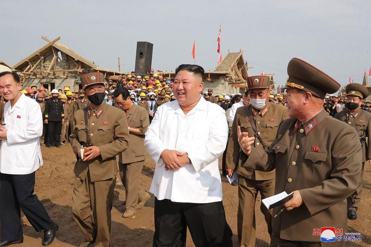 Foto tak bertanggal yang dirilis kantor berita Korea Utara KCNA pada 12 September 2020 menunjukkan Kim Jong Un meninjau proyek restorasi di Unpha County, Provinsi Hwanghae Utara.