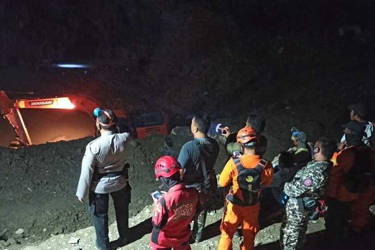 Proses pencarian penambang yang tertimbun lonsoran, di Desa Bulan ga, Kecamatan Ampibabo, Kabupaten Parigi Moutong, Sulawesi Tengah, Kamis (25/2/2021).