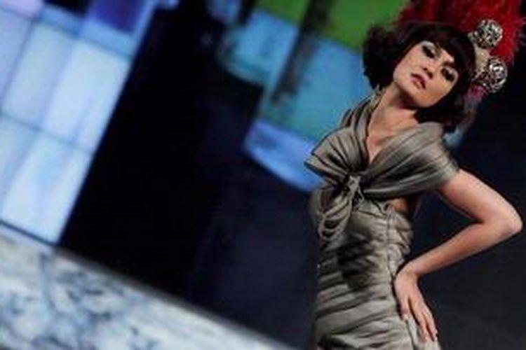 Model sekaligus presenter dan artis peran Luna Maya tampil memeragakan busana rancangan Arantxa Adi dalam acara bertajuk Reinvent The Future, di Ballroom Hotel Kempinski, Jakarta, Kamis (1/3/2013).