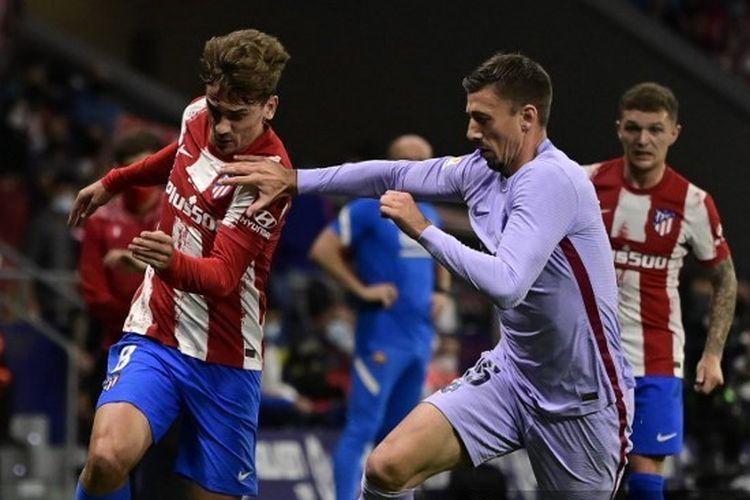 Antoine Griezmann tengah menghadapi Clement Lenglet dalam laga Atletico Madrid vs Barcelona pada pekan kedelapan LaLiga 2021-2022.