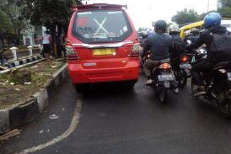 Angkot 05 jurusan Cicaheum-Cibaduyut saat tengah menunggu penumpang di kawasan Jalan Soekarno Hatta Kota Bandung, Kamis (8/10/2015). Kualitas layanan transportasi massal di Kota Bandung tengah jadi sorotan pasca-insiden pemukulan seorang aopir angkot 05 kepada penumpangnya beberapa waktu lalu.