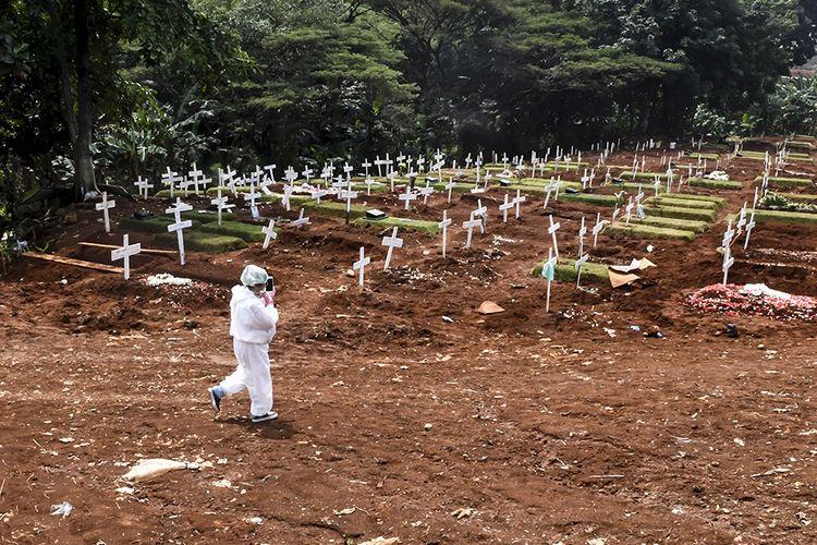 Kerabat dan keluarga jenazah kasus COVID-19 mengunjungi pemakaman di TPU Pondok Ranggon, Jakarta, Minggu (26/4/2020). Gubernur DKI Jakarta Anies Baswedan mengatakan, selama penerapan pembatasan sosial berskala besar (PSBB) sejak 10-23 April, tren pemakaman yang menggunakan prosedur tetap (protap) COVID-19 cenderung menurun, di mana sebelumnya mencapai 50 orang yang meninggal per hari kini 40-30 orang per hari.