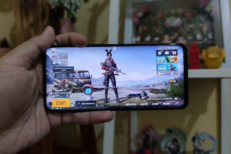 Oppo Reno6 menjalankan game PUBG Mobile.