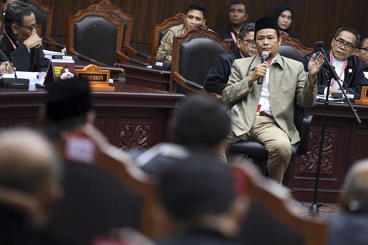Saksi dari pihak pemohon memberikan keterangan saat sidang Perselisihan Hasil Pemilihan Umum (PHPU) presiden dan wakil presiden di Gedung Mahkamah Konstitusi, Jakarta, Rabu (19/6/2019). Sidang tersebut beragendakan mendengarkan keterangan saksi ahli dan saksi fakta  dari pihak pemohon.