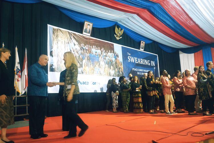 Dubes Donovan saat mengalami salah satu relawan dalam kegiatan pelantikan relawan guru Peace Corps yang berlangsung di Sport Center IAIN Kediri, Jawa Timur, Senin (2/12/2019).